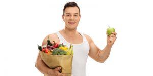 hombre con cesta de frutas y verduras