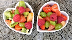 frutas en envase con forma de corazón