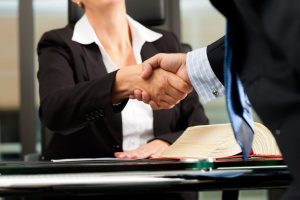 Cómo contratar un buen abogado