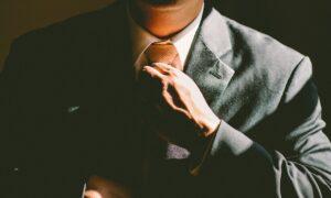 Beneficios de ir a una entrevista de traje y corbata