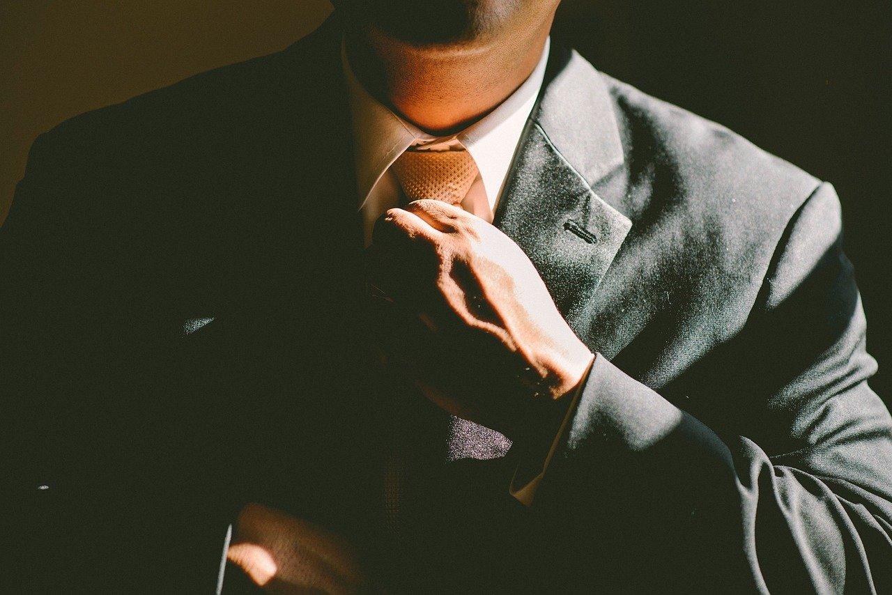 una entrevista con traje y corbata
